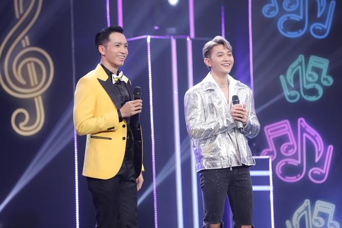 Roy Nguyễn (phải) là thành viên Việt Nam duy nhất trong nhóm nhạc đa quốc gia Z - Boys (trực thuộc một công ty giải trí Hàn Quốc). Sau hai năm hoạt động tại xứ sở kim chi, anh chàng điển trai về Việt Nam vào đầu năm 2020 và bắt đầu sự nghiệp solo.