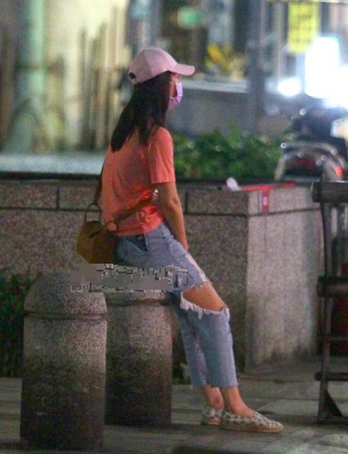 Lâm Tâm Như ngồi khóc ở vệ đường sau khi chồng khuất dạng.