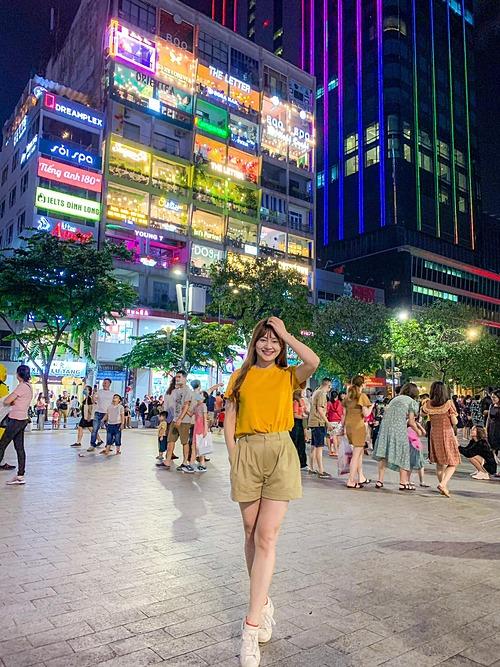 Lan Phương pose hình trên phố đi bộ Sài Gòn.