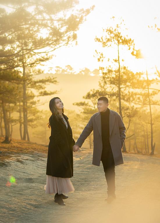 Quán quân Duyên dáng Bolero 2018 Trần Mỹ Ngọc vừa phát hành MV Bỏ thương vương tội quay tại quê nhà Đà Lạt. Cô diễn tình tứ cùng một mẫu nam trong rừng thông.