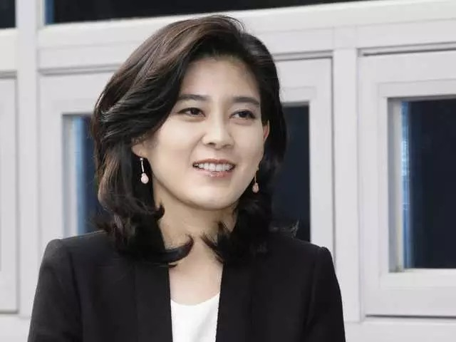 Lee Boo-jin con thứ hai của cố chủ tịch Samsung Lee Kun-hee. Bà hiện là chủ tịch kiêm CEO của Hotel Shilla, một trong những khách sạn hàng đầu ở xứ sở kim chi. Bà cũng là đồng chủ tịch Samsung Everland, công ty con chuyên mảng khách sạn, nhà hàng của tập đoàn Samsung. Theo thống kê của Forbes, ái nữ của chủ tịch Samsung hiện sở hữu tài sản 1,68 tỷ USD, là người phụ nữ giàu nhất Hàn Quốc và xếp thứ 87 trong số 100 người phụ nữ quyền lực nhất thế giới doForbesbình chọn