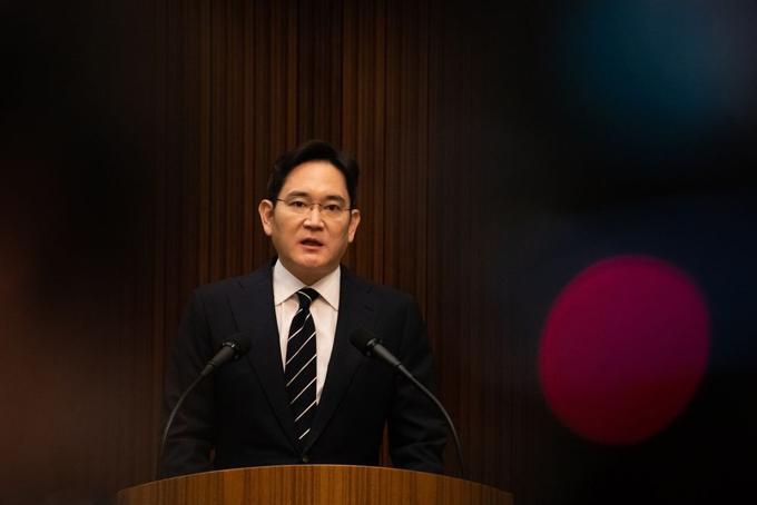 Tuy chỉ giữ chức phó chủ tịch Samsung Electronics nhưng tầm ảnh hưởng của Lee đi xa hơn nhiều. Lee là con trai duy nhất của chủ tịch Lee Kun-hee và giữ quyền điều hành tập đoàn khi cha ông nằm liệt giường do đau tim vào năm 2014.
