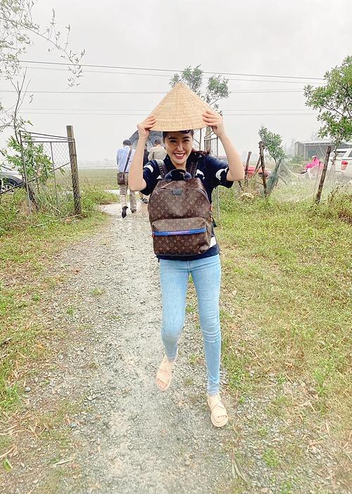 Ca sĩ Bảo Thy đội nón lá chạy mưa trong chuyến từ thiện hỗ trợ bà con vùng lũ ở Hà Tĩnh.