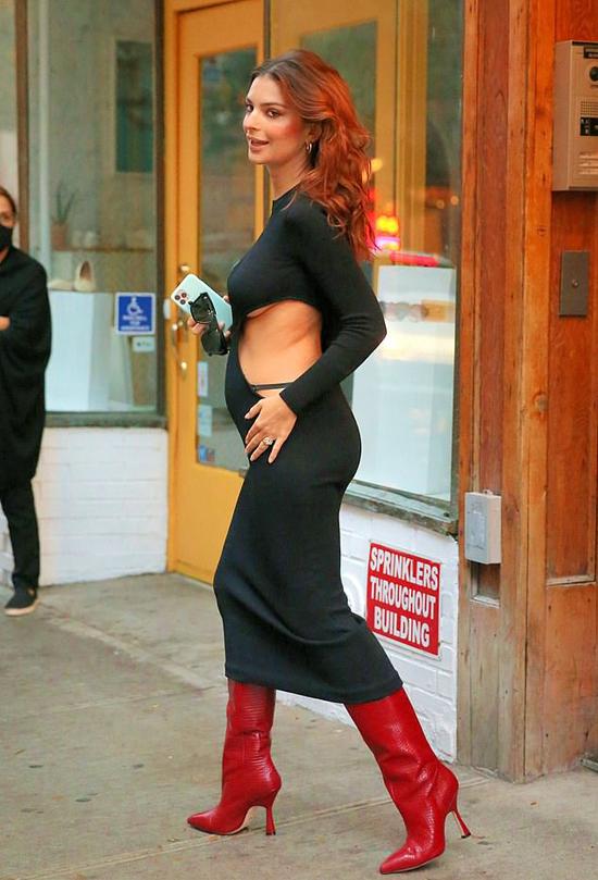 Emily mặc đầm bầu ra phố hôm 26/10.