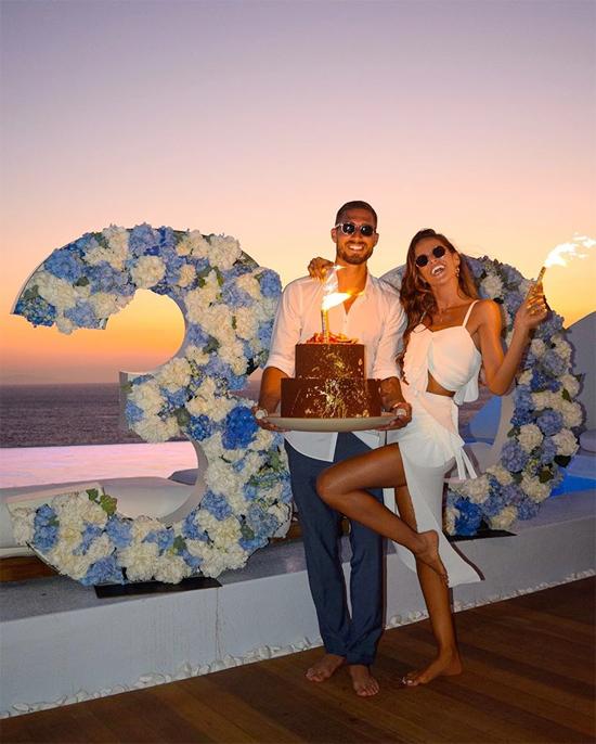 Đôi trai tài gái sắc bên nhau trong sinh nhật tuổi 30 của Kevin Trapp ở Mykonos, Hy Lạp, hồi tháng 7. Ảnh: Instagram.