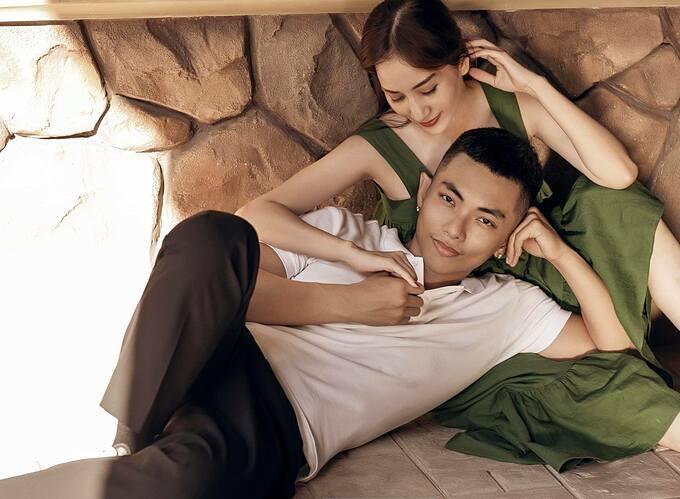 Vợ chồng Khánh Thi - Phan Hiển tình tứ trong bộ ảnh mới. Kiện tướng dancesport quan niệm: Yêu không phải là kiếm tìm một người hoàn hảo từ những người không hoàn hảo, mà là mảnh ghép duyên phận từ hai người không hoàn hảo gặp nhau để bù đắp vào khiếm khuyết của nhau.