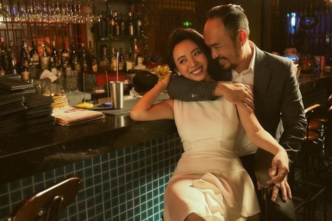 Thu Trang tình tứ với ông xã Tiến Luật trong bộ ảnh ăn mừng phim Tiệc trăng máu thành công.