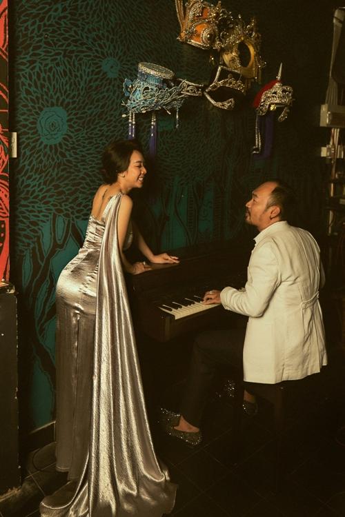 Trước đó, khi Thu Trang vừa quay phim Tiệc trăng máu vừa tập vở diễn những ngày giáp Tết, Tiến Luật lo lắng đến mức than trời.