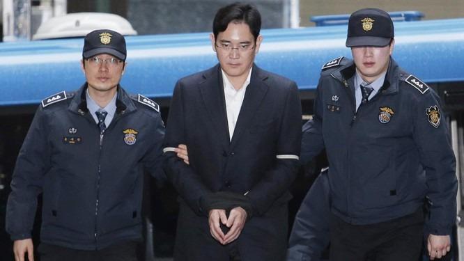 Thái tủ Lee Jae-yong từng ngồi tù một năm với cáo buộc hối lộ. Ảnh: AP.