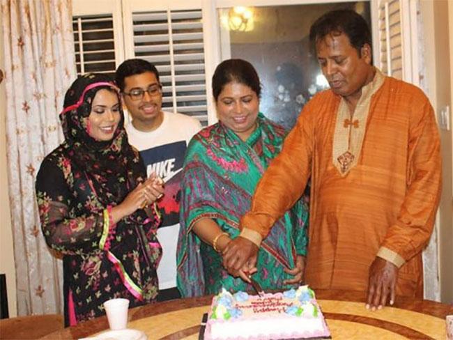 Zaman đeo kính chụp ảnh cùng bố mẹ và chị gái. Ảnh: FB.