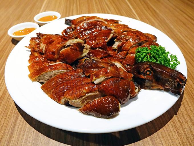 Vịt quay Quảng Đông thường được chặt thành miếng vừa ăn và rưới nước sốt.