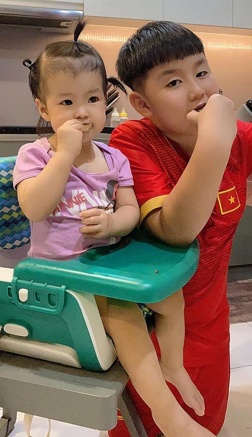 Diễn viên Lê Phương hạnh phúc khi kể về hai con: Em Bông tròn 14 tháng, biết nhiều lắm rồi. Giỏi nhất là thảo ăn với mọi người, đặc biệt là sẵn sàng chia sẻ đồ ăn ngon với anh Hai. Còn anh Hai, trước khi đi học và vừa về đến nhà là ào vào ôm em hít hà. Bữa thì: Cái mùi của em đã quá mẹ ơi, không thì: Em của con là đẹp nhất, hoặc là: Mẹ sanh cho con đứa em xứng đáng thiệt  Mong hai con giữ mãi trái tim ấm áp, thơm thảo này. Cuộc đời cần lắm những yêu thương và sẻ chia.
