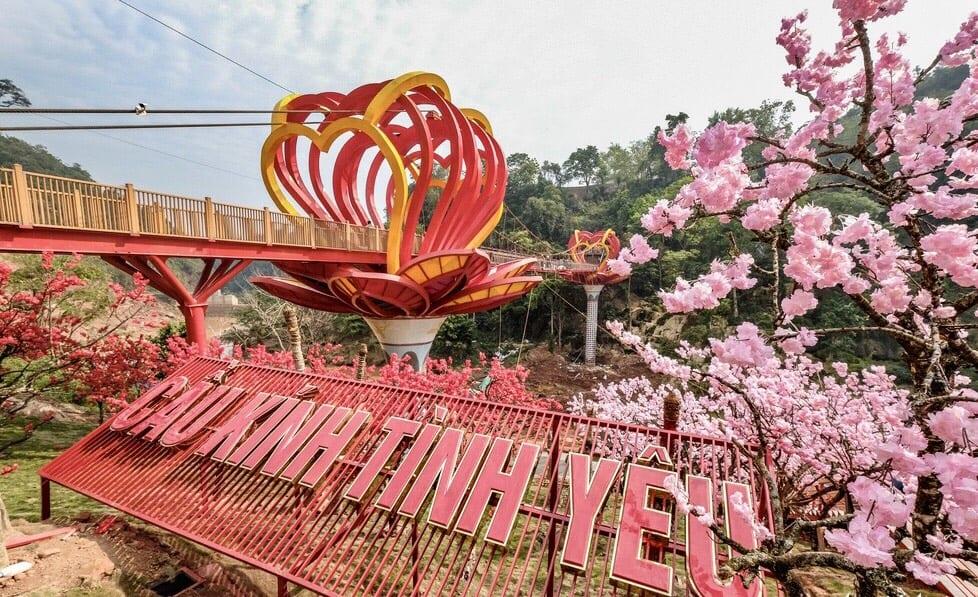 Cầu kính tình yêu nằm trong khu du lịch thác Dải Yếm, xã Mường Sang, huyện Mộc Châu, Sơn La và được khánh thành giữa năm 2019. Thiết kế độc đáo này sử dụng công nghệ kính 5D hiện đại, hệ thống cảm ứng cùng điểm nhấn cụm 9 trái tim tương trưng cho tình yêu đôi lứa. Hiện đây là một điểm tham quan mới tại vùng Tây Bắc cho du khách.