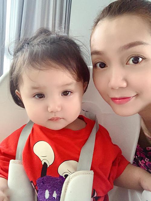 Con gái ca sĩ Ngọc Anh như búp bê.