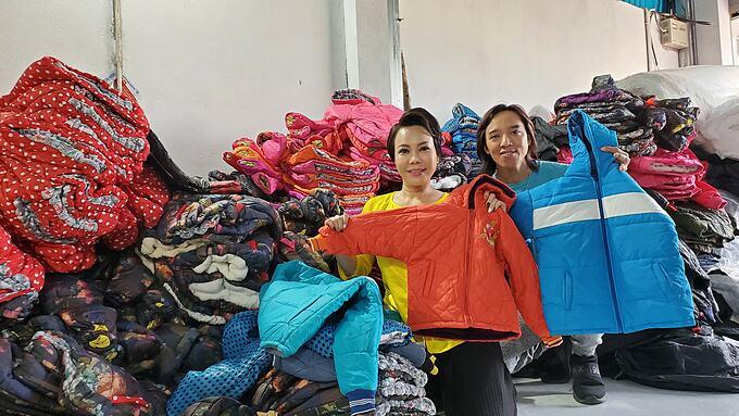 Vợ chồng nghệ sĩ Việt Hương kêu gọi được hơn 2.000 áo ấm cho bà con các tỉnh miền Trung.