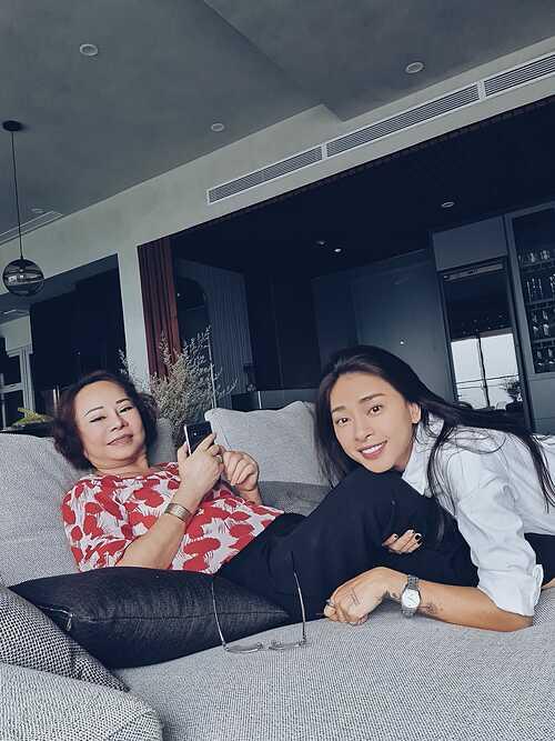 Diễn viên Ngô Thanh Vân tình cảm bên mẹ.