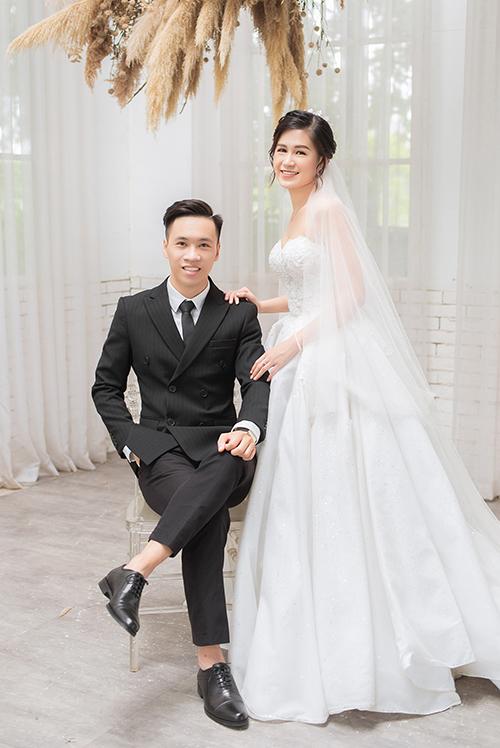 Cặp vợ chồng sẽ tổ chức đám cưới vào ngày 1/11 với sự tham gia của người thân, bạn bè tại Hà Nội. Bộ ảnh được thực hiện bởi trang phục - ảnh: Hacchic Couture Hà Nội, makeup: Kin Đoàn.
