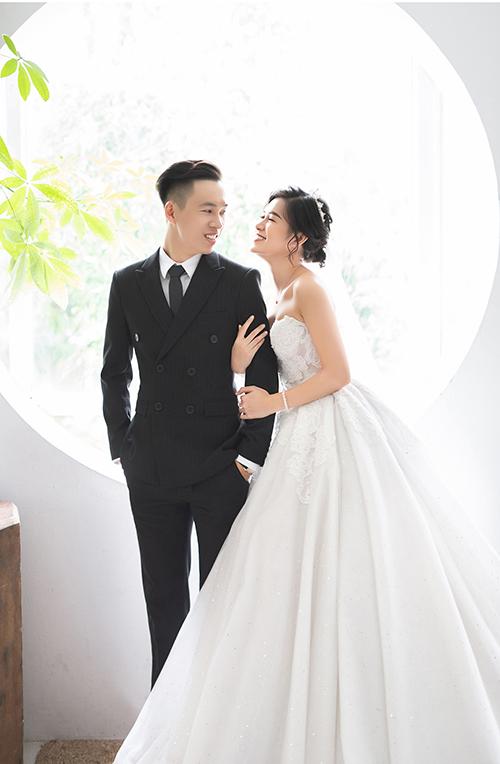 Váy cưới dáng xoè được thiết kế thanh lịch, giúp tôn xương quai xanh mảnh mai, vai thon gầy của cô dâu Thuỷ Tiên.