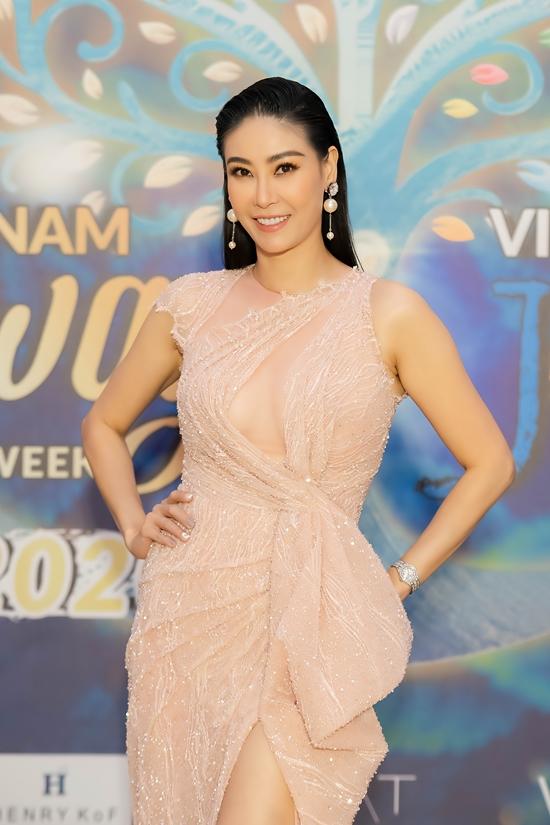 Hoa hậu Hà Kiều Anh thu hút ánh nhìn nhờ chọn váy dạ hội gam màu hồng pastel.