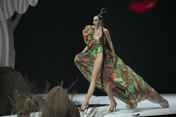 Siêu mẫu Minh Triệu cuốn hút khán giả bởi sải bước điêu luyện khi trình diễn trang phục cut-out táo bạo thiết kế trên chất liệu lụa bay bổng.