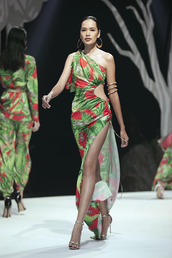 Bộ sưu tập Holiday 2020 - Untamed' của Katy Nguyễn được đánh giá cao về cách xử lý chất liệu, họa tiết và phom dáng tôn nét gợi cảm, phóng khoáng của phái đẹp.