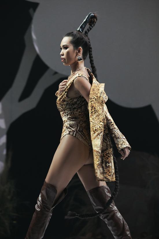 Hà Anh nhận được sự cổ vũ nồng nhiệt của khán giả với phần tái xuất sàn catwalk vô cùng ấn tượng của chị.