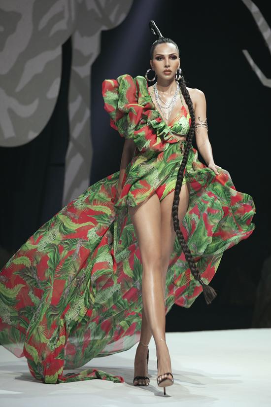 Một thời gian dài đầu tư cho kinh doanh và gần như tạm xa sàn catwalk nhưng Minh Triệu vẫn thể hiện bản lĩnh chuyên nghiệp trên sân khấu thời trang.