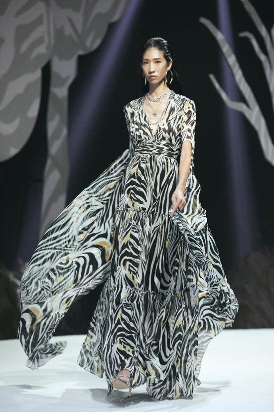Các thiết kế tạo được hiệu ứng thị giác cao độ với trang phục da trăn, da rắn, hoa văn ngựa vằn và da báo cách điệu.