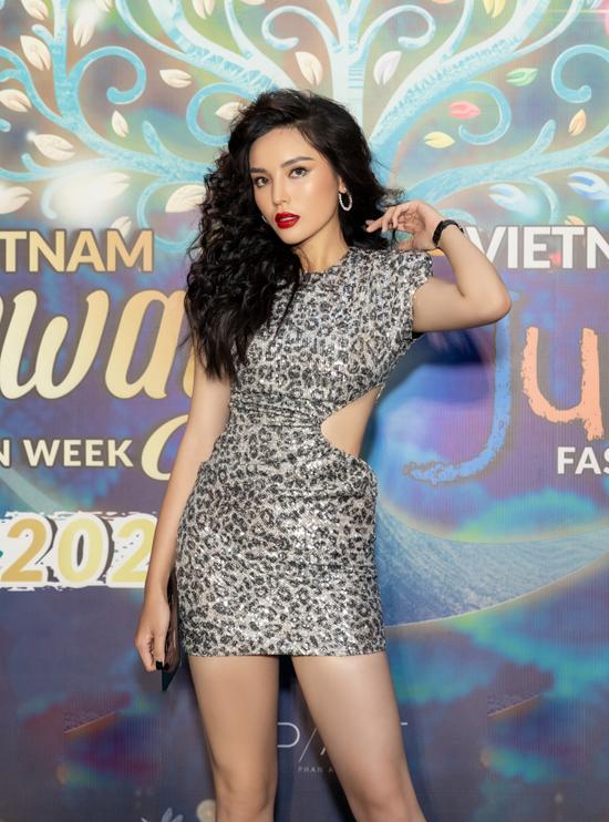Vừa trở về sau chuyến cứu trợ đồng bào miền Trung, hoa hậu Kỳ Duyên và siêu mẫu Minh Triệu cùng góp mặt trong đêm khai mạc Vietnam Runway Fashion Week tại TP HCM.