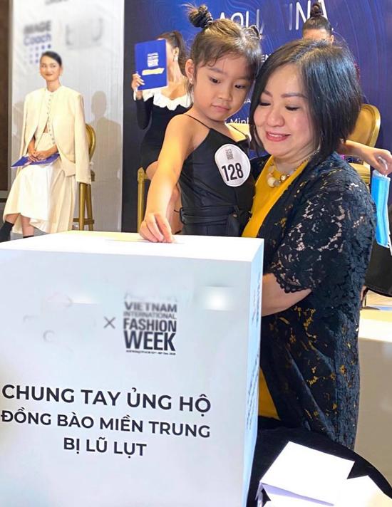 Ngoài casting, tuyển mẫu, bà Trang Lê - Chủ tịch hiệp hội các nhà thiết kế Đông Nam Á - còn kêu gọi mọi người chung tay ủng hộ đồng bào miền Trung đang gặp khó khăn vì thiên tai, bão lũ. Đối với tôi một người mẫu thành công là người không chỉ có thân hình đẹp, kỹ năng trình diễn tốt mà còn có tâm hồn đẹp, trái tim nhân ái. Người dân miền Trung đang oằn mình trong mất mát, đau thương. Tôi mong tất cả chúng ta cùng chia sẻ sự đồng cảm với đồng bào mình, bà Trang Lê phát biểu. Sau khi bà Trang Lê ủng hộ 100 triệu đồng, các mẫu nhí và mẫu trưởng thành cũng chung tay đóng góp, chia sẻ khó khăn với người dân vùng lũ.