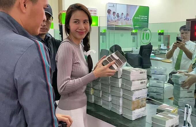 Thủy Tiên và ông xã Công Vinh rút tiền ở ngân hàng để đi phát cho người dân vùng lũ.
