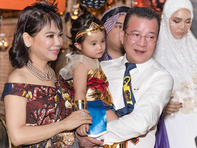 Bố mẹ chồng của Diệp Lâm Anh âu yếm bế cháu nội. Nữ diễn viên tiết lộ cô được gia đình chồng thương yêu, hỗ trợ nhiều trong việc nuôi dạy hai con nhỏ.