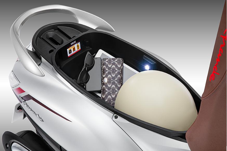 Chiếc Yamaha Grande Bluecore Hybrid mà Thủy đang sở hữu có cốp xe siêu rộng 27 lít, chứa được nhiều đồ đạc để đi làm hoặc đi chơi mỗi ngày. Xe còn được trang bị hàng loạt tính năng hiện đại như trợ lực Hybrid, Smart key, hệ thống Stop và Start System, phanh ABS... giúp phái nữ lái xe an toàn.