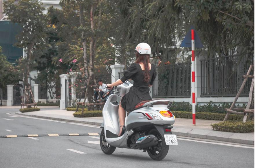 Yamaha Grande hiện tiêu thụ 1,69 lít xăng trên 100km nên Thủy không phải lo đổ xăng mỗi ngày đi làm. Cô cũng tiết kiệm được một phần chi phí xăng mỗi tháng từ khi chuyển qua dùng xe mới.