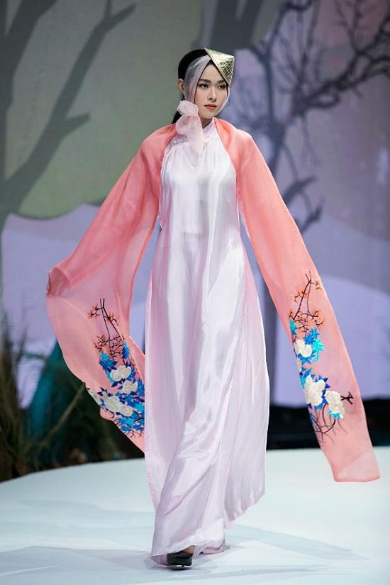 Diệp Bảo Ngọc thể hiện nét đẹp của tài áo dài kết hợp cảm hứng cảm từ vùng Tây Bắc của Vũ Việt Hà.