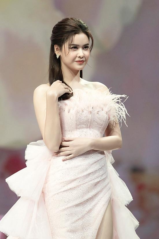Trương Quỳnh Anh cũng là mỹ nhân thu hút chú ý trong buổi diễn. Cô khoác lên mình đầm dạ hội pastel của nhà thiết kế Kim Chi.