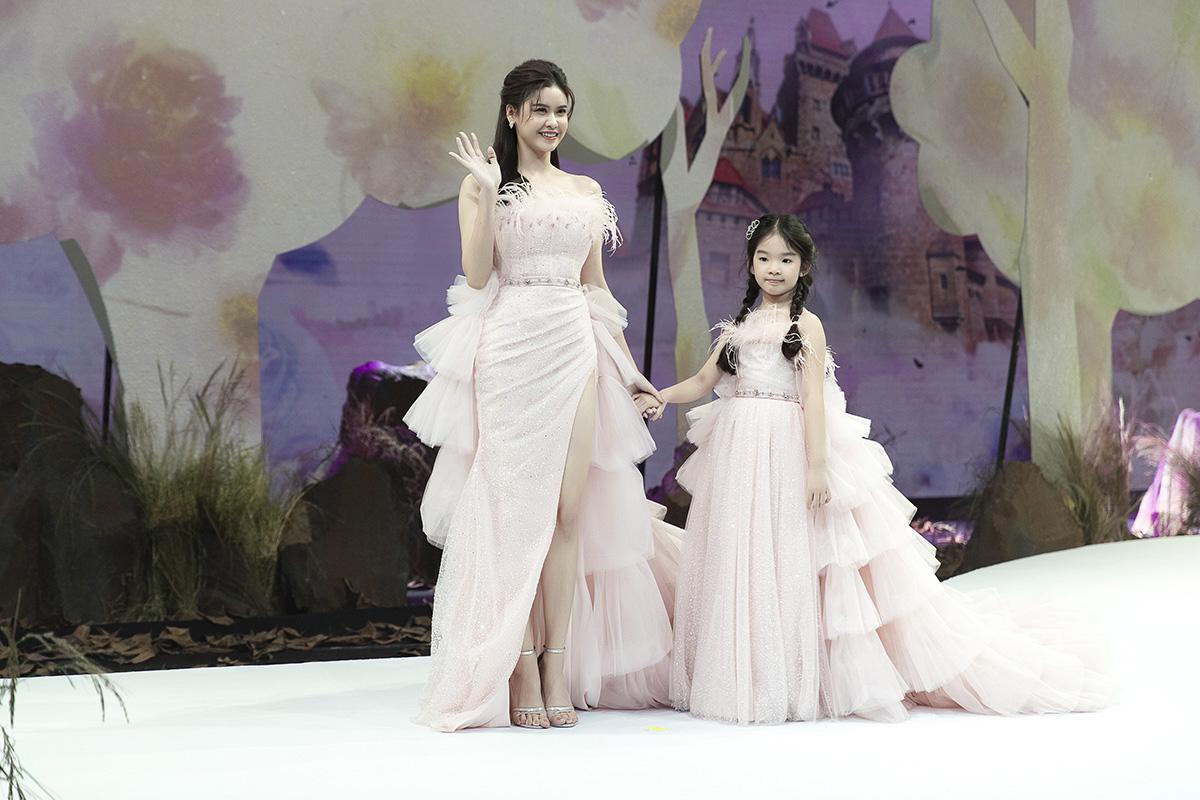 Trương Quỳnh Anh nắm tay bé Thỏ - con gai Xuân Lan - cùng catwalk.