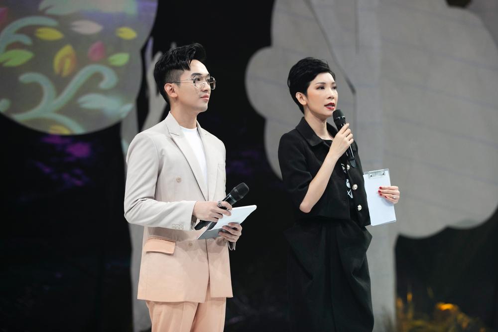 Nhà sản xuất - siêu mẫu Xuân Lan phát biểu khai mạc sự kiện. MC Phan Trung Hậu đảm nhận dẫn dắt buổi diễn.