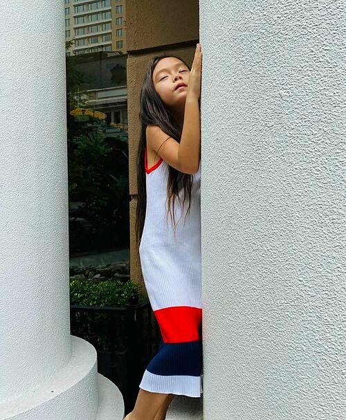 Con gái nhà ca sĩ Đoan Trang diễn sâu khi được mẹ chụp ảnh.