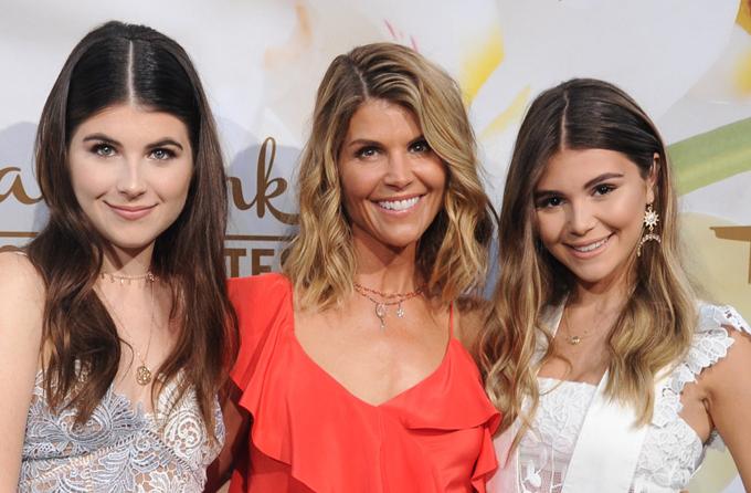 Lori Loughlin và hai con gái.