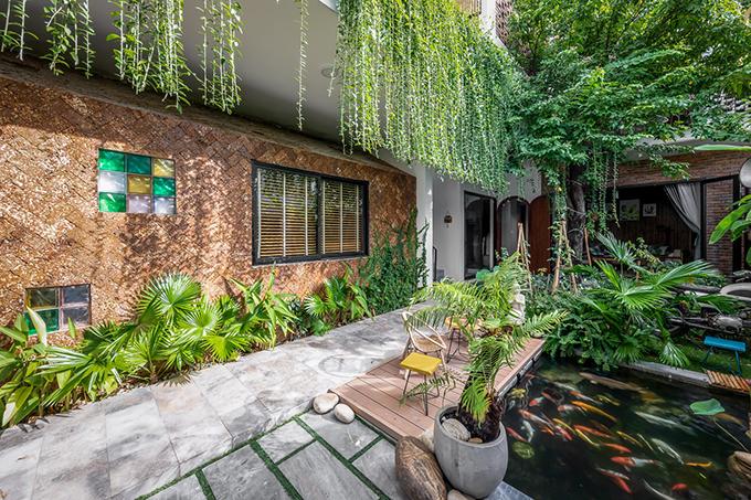 Ngôi nhà là nơi trú ngụ an lành của những mảng xanh thiên nhiên, luôn đảm bảo gió mát lưu thông trong suốt chiều dài công trình. Các KTS đã chia nhà thành 3 khối chức năng chính giúp đáp ứng các yếu tố này.