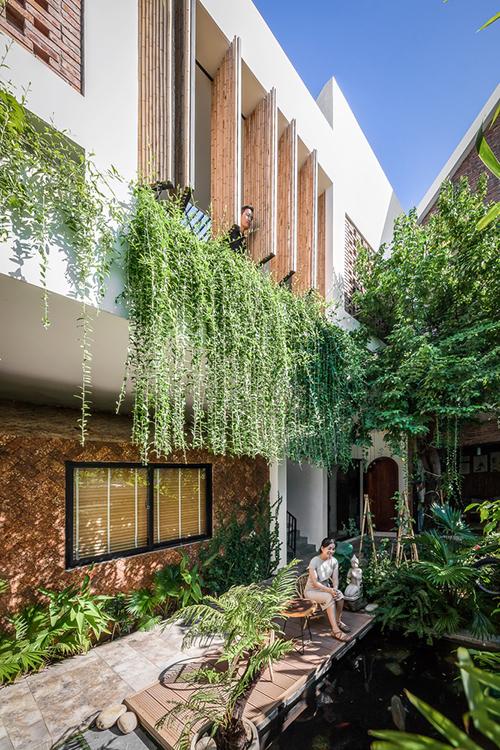 Từ tầng 2 - nơi làm việc có thể phóng tầm mắt xuống sân vườn ngay phía bên dưới.