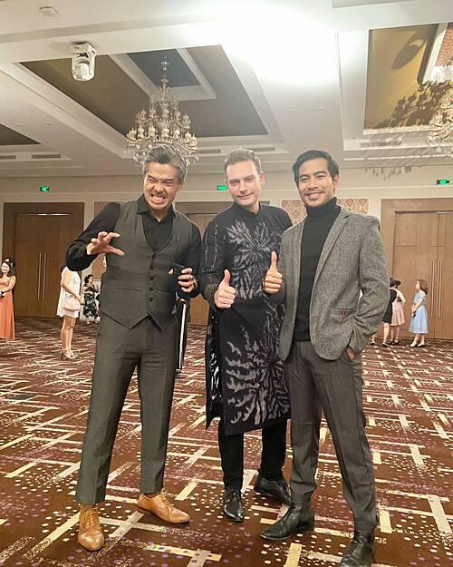 Kyo York cùng diễn viên Thanh Bình một người bạn đi dự tiệc. Nam ca sĩ người Mỹ vui khi phát hiện ra: Đi dự tiệc, Tây mặc đồ ta còn ta mặc đồ Tây.