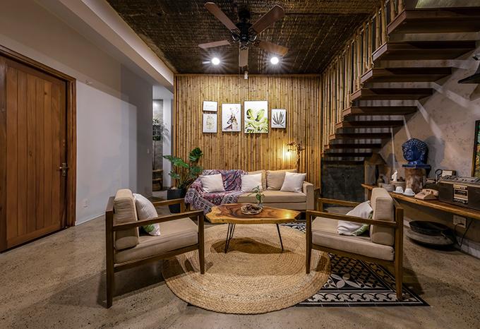 Tầng 1 có phòng khách với vật liệu thân thiện môi trường từ mây tre đan, đồ gỗ.