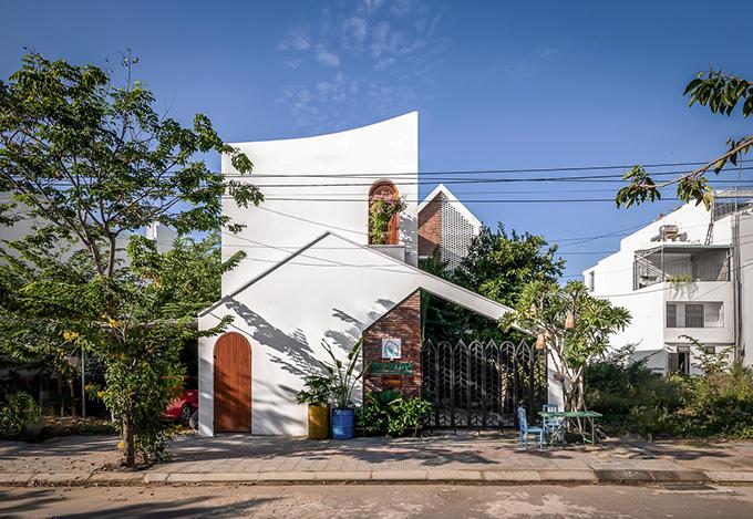 Ngôi nhà có diện tích 125 m2 được hoàn thiện năm 2018 bởi nhóm kiến trúc sư (KTS) của Green Concept, Nhà Của Gió.
