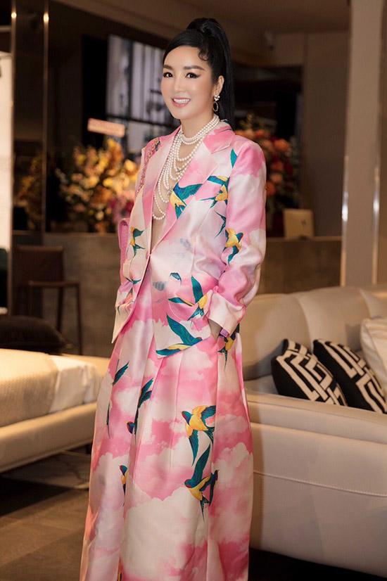 Giáng My ấn tượng với trang phục hoạ tiết chim én của nhà thiết kế Vũ Ngọc và Son.