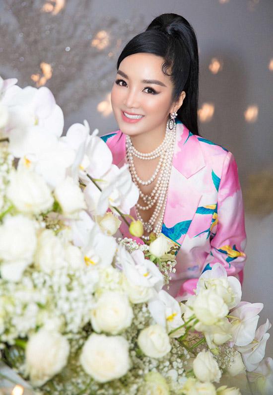 Hoa hậu đền Hùng luôn rạng rỡ, đầy năng lượng. Cô tham gia nhiều sự kiện của showbiz Việt, có mối quan hệ rộng với các nghệ sĩ và doanh nhân nổi tiếng.