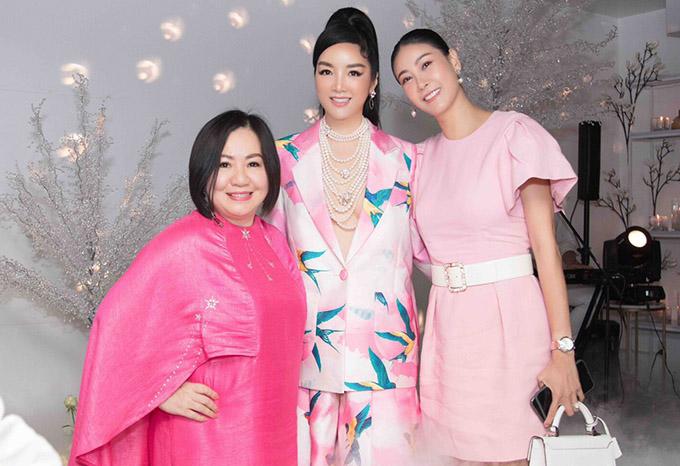 Giáng My hội ngộ Hoa hậu Hà Kiều Anh (ngoài cùng bên phải) và bà Trang Lê - Chủ tịch hiệp hội các nhà thiết kế Đông Nam Á - tại đêm tiệc thân mật ở TP HCM.