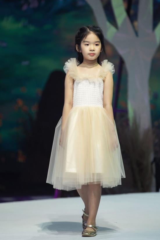 Từng sải bước nhiều chương trình, bé Thỏ chuyên nghiệp và biết cách thể hiện tinh thần của trang phục.