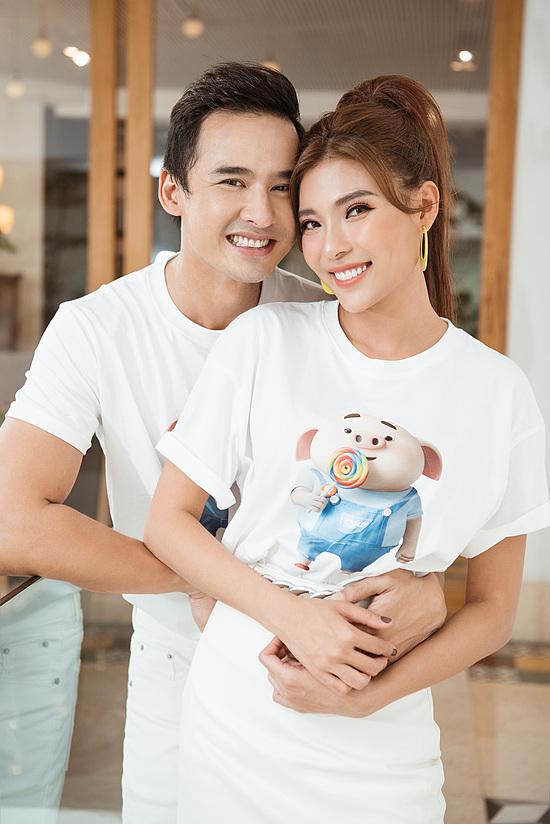 Vợ chồng Lương Thế Thành chụp ảnh kỷ niệm sau show.